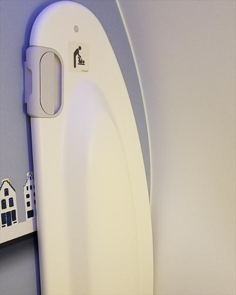 KLMオランダ航空のB787-9のトイレ内にはオムツ交換シートも完備