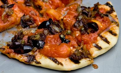 Grilled Pizza Puttanesca