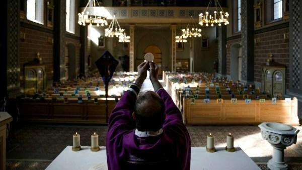 Padre celebra missa online na Itália, para celebrar a páscoa