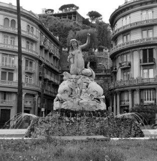 La statua della sirena Partenope, situata nel cuore del quartiere di Mergellina. Foto © Alina Zvonareva