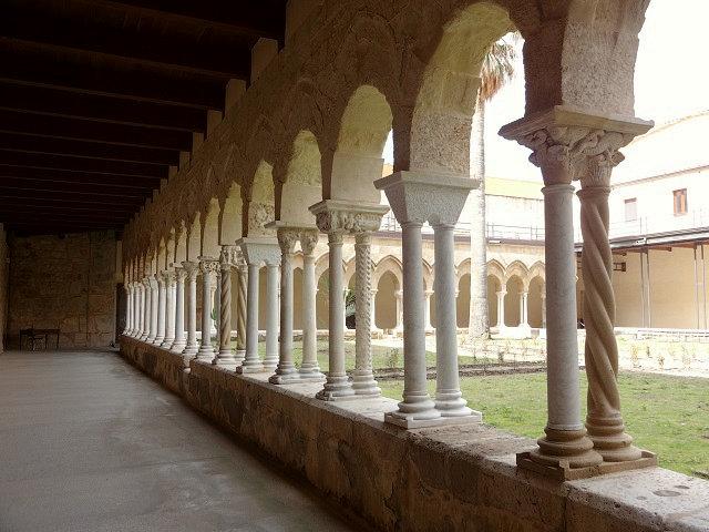 チェファル大聖堂の回廊