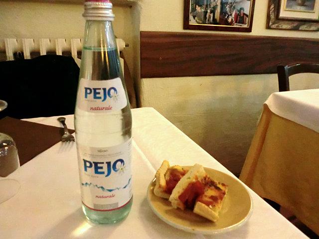 イタリアのレストランの水