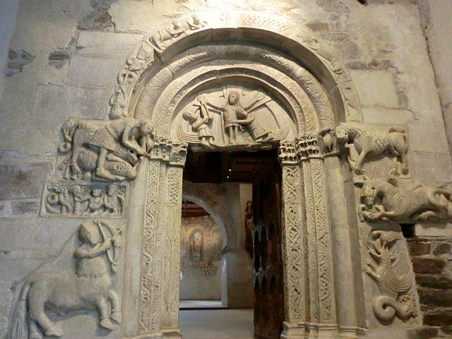 チロル城のロマネスク門