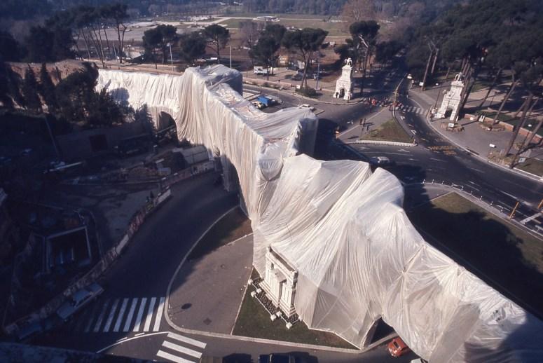 AE_s-t-foto-libreria-galler M_Piersanti_Christo-The-Wall-wropped-roman-wall-Roma1