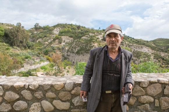 Raffaele, 64 anni, è la memoria storica di Riace. Dopo aver avuto un bar nel centro del paese, ora lavora come contadino negli appezzamenti di terra che sono stati riqualificati negli ultimi anni attraverso dei terrazzamenti.