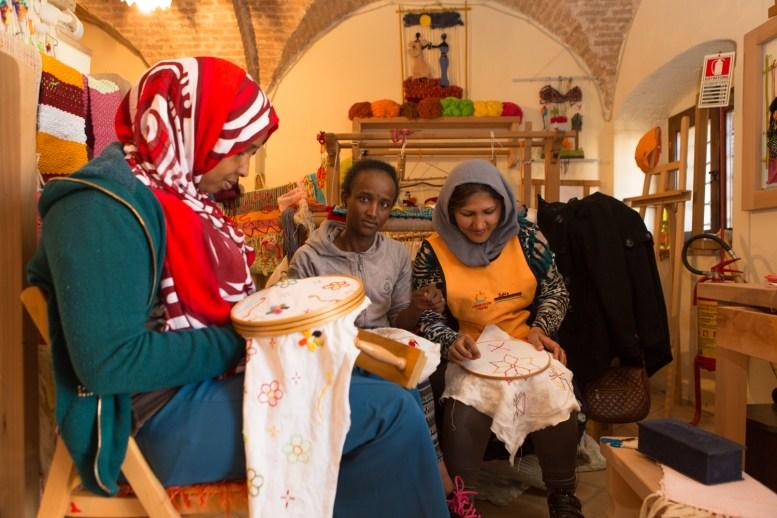 Il laboratorio di cucito dove lavorano Selma dalla Somalia, Fthacuit dall'Eritrea e Zahra dall'Afghanistan.