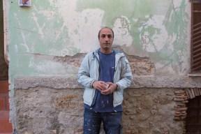 Mohammed, 38 anni, proviene dall'Iran. Da 4 mesi si occupa di ristrutturare le case dei migranti a Riace.