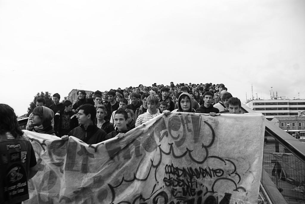 Studenti a Venezia durante una manifestazione.