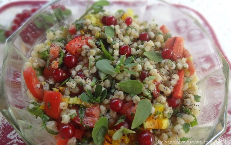 Красно-зелёный летний салат из перловки с портулаком