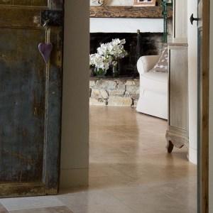 soggiorno e ingresso con pavimento pietre di rapolano