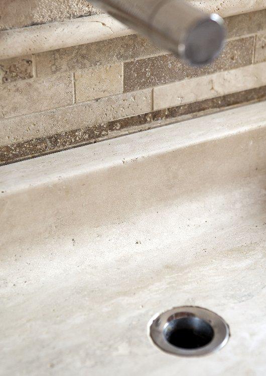 lavabo-in-pietra-di-rapolano-com-mosaico-mod-stips.jpg