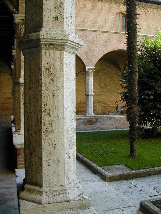 Chiostro in Pietra di Rapolano a Siena