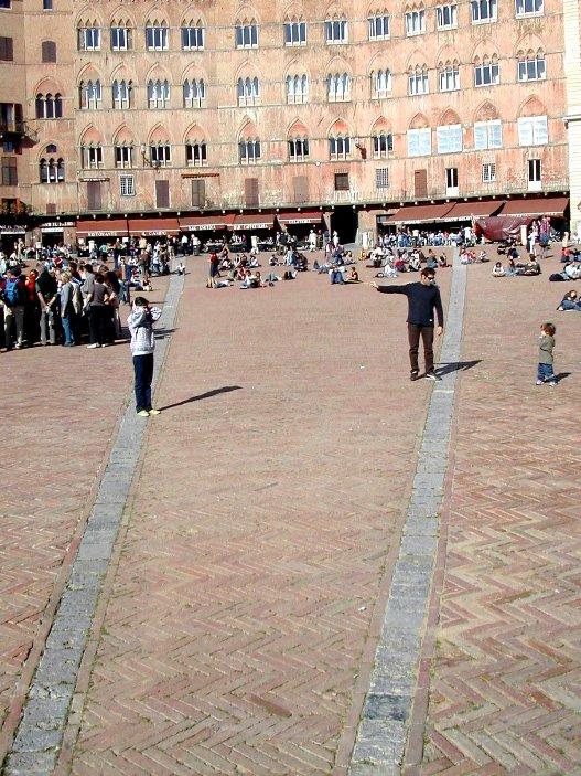 Travertino e cotto nella piazza del Campo a Siena