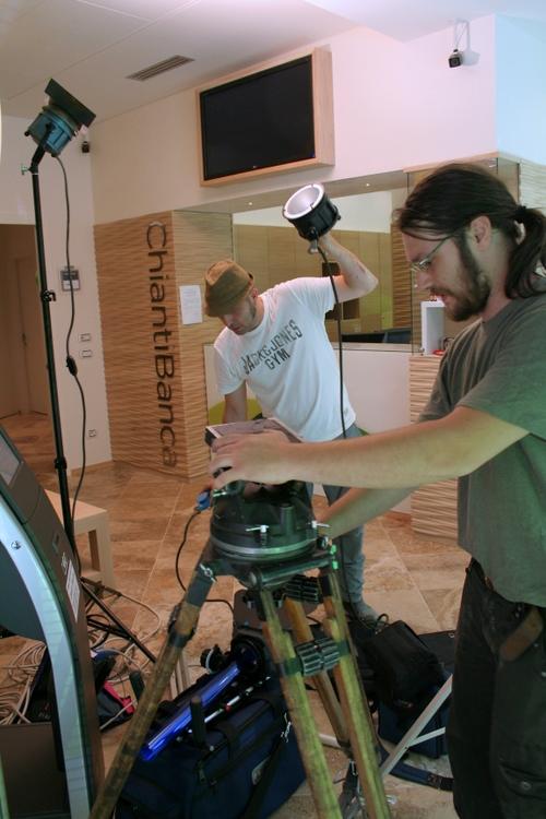 Roberto Schoepflin e Max Pruneti al lavoro in una filiale Chianti Banca con pavimento in Pietra di Rapolano