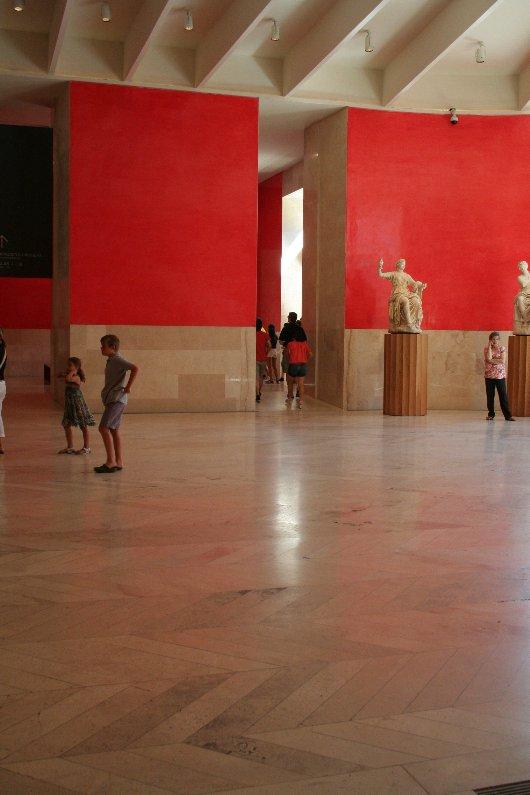 Pavimento in Travertino nella sala Informazioni del Museo del Prado