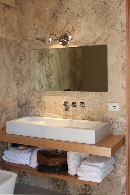 Per rinnovare il bagno, pavimenti e rivestimenti in travertino