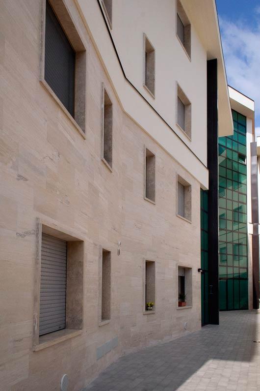 Facciata in Travertino chiaro controfalda, con contorni finestra in Pietra