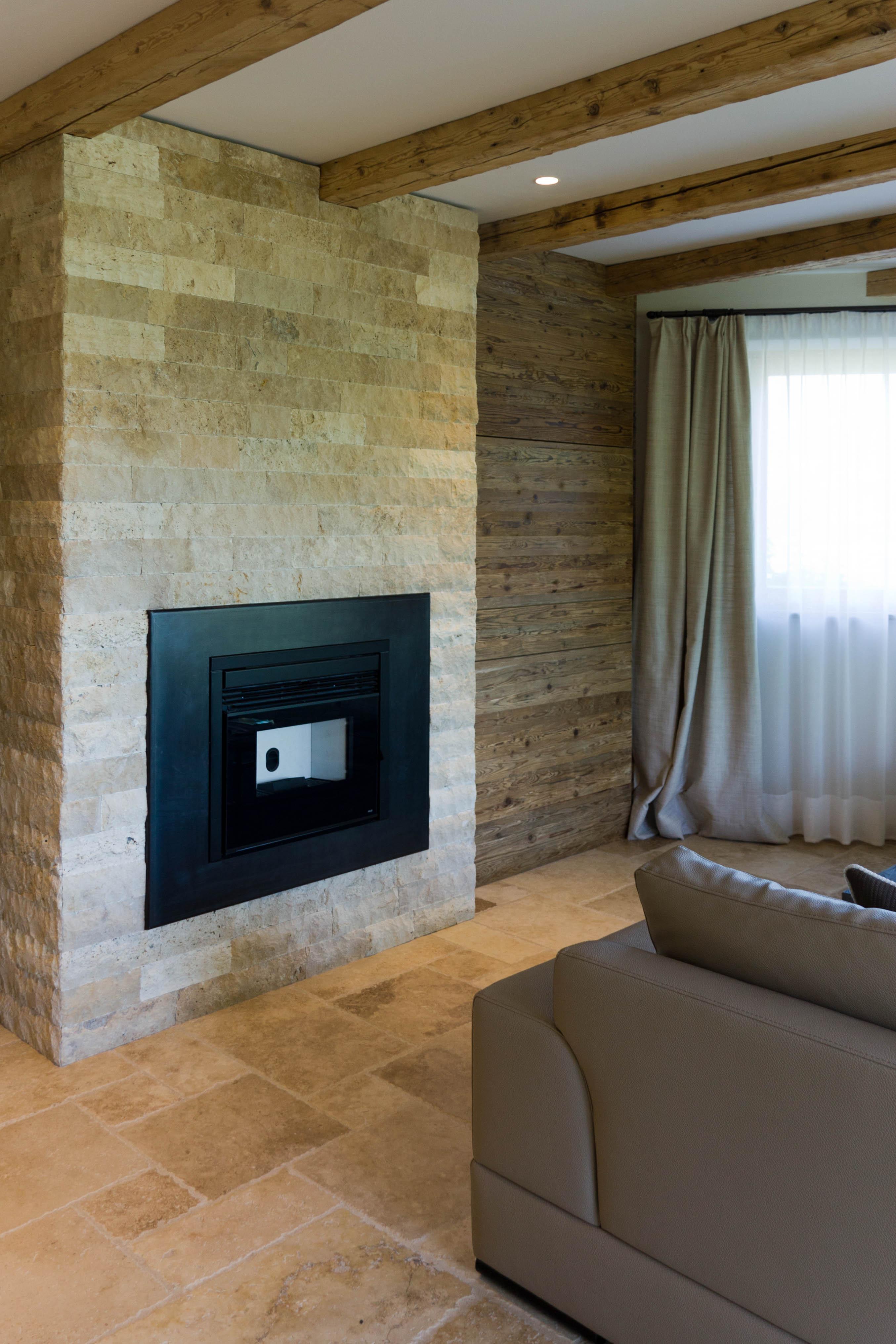 Camino in pietra per soggiorno ambienti realizzati con - Pietre rivestimento interno ...
