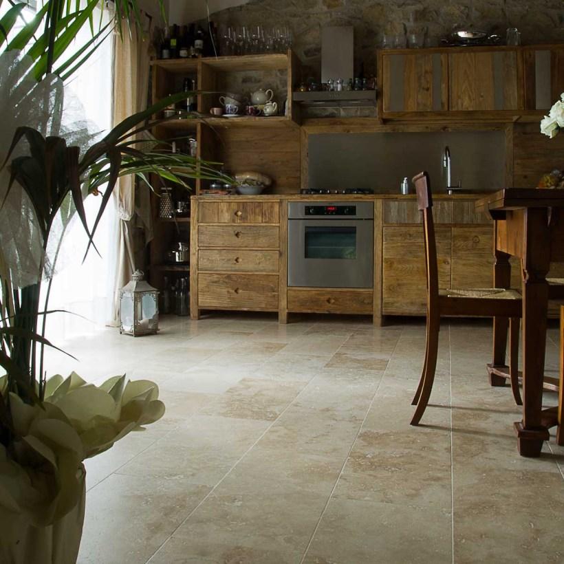 Cucina con pavimento in pietra di Rapolano chiara