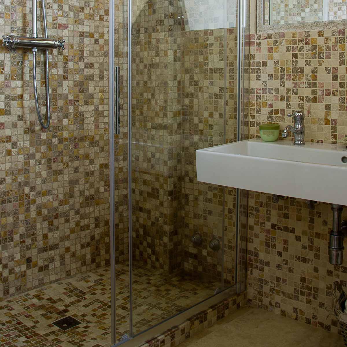 Casa colonica nella campagna toscana a impruneta pavimenti in travertino - Mosaico pavimento bagno ...