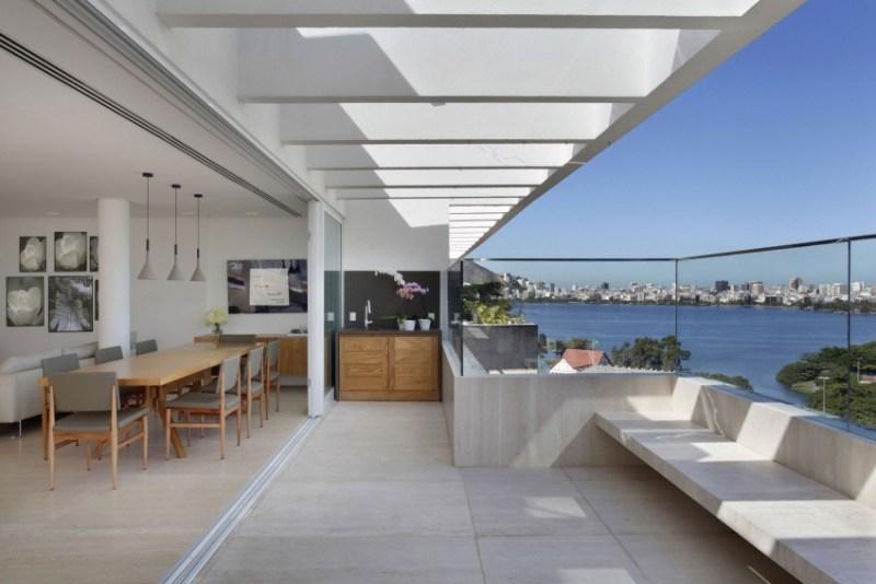 sala da pranzo e terrazza con pavimenti in marmo