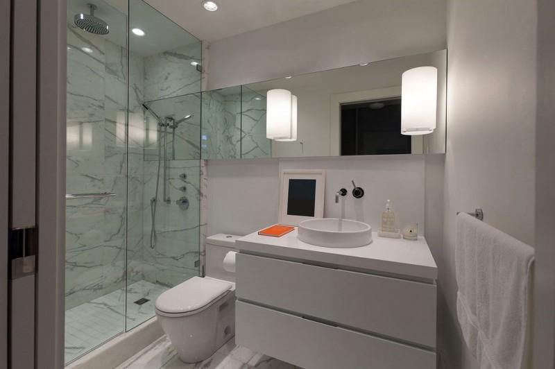bagno con pavimento e box doccia in marmo