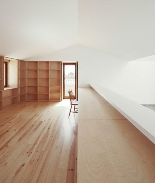 abitazione rustica in portogallo joao branco interni minimali libreria in legno