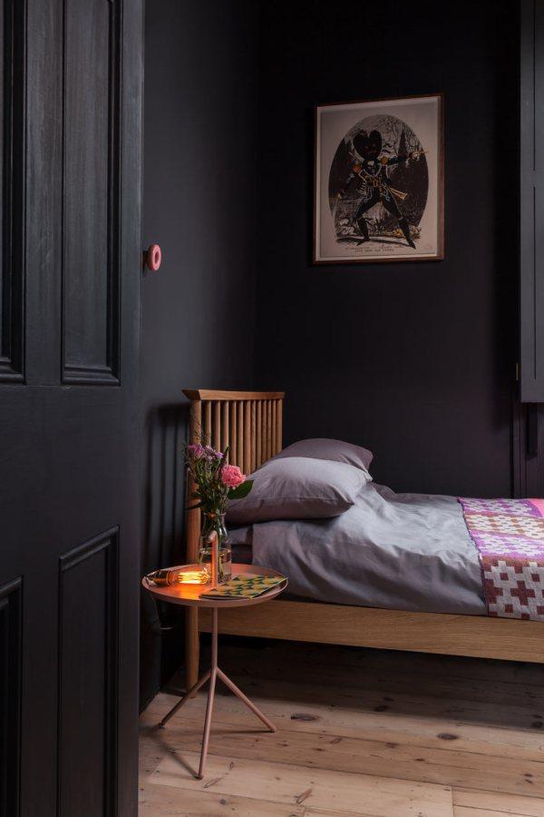 camera da letto pareti scure legno