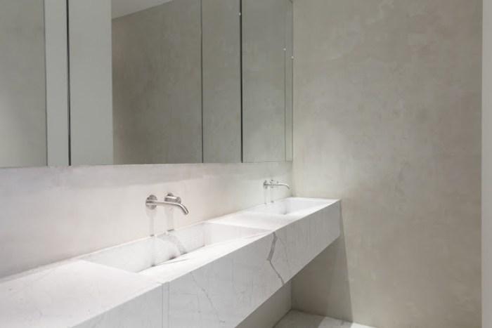 interni bagno minimale marmo statuarietto
