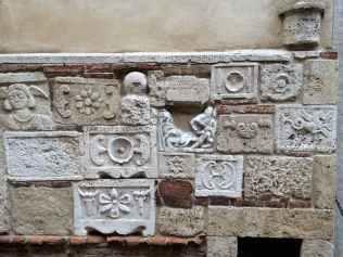 Lapidi etrusche e romane nel corso di Montepulciano, lato destro