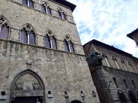La piazza dove si affaccia palazzo Tolomei a Siena