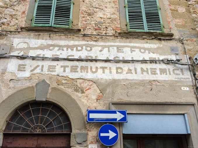 Particolare di una scritta d'epoca fascista su un edificio in via Rosini