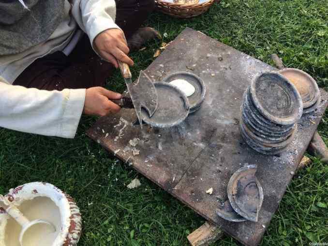 I testi in terracotta vengono impilati l'uno sull'altro per cuocere i panigacci