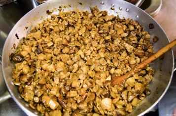 I funghi porcini che serviranno da delizioso condimento all'arista preparata dalle donne del Borghetto