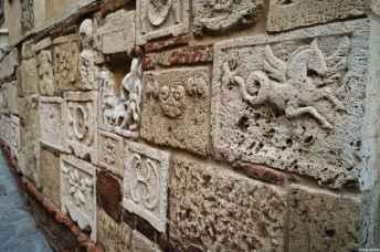 Le curiose epigrafi etrusche e romane di Palazzo Bucelli nel corso di Montepulciano