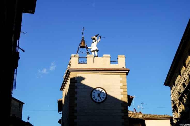 """La Torre dell'Orologio in via di Gracciano nel Corso, detta anche """"di Pulcinella"""""""