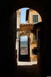 I suggestivi vicoli di Montepulciano, dai quali si gode uno straordinario panorama sulla Val di Chiana circostante