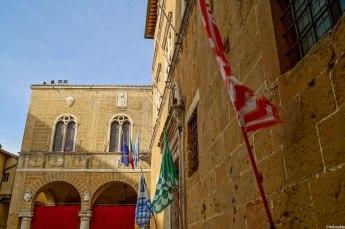 Imbocca il Vicolo della Canonica dal lato del campanile della Cattedrale e ti ritroverai al Casello