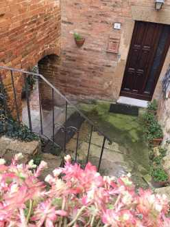 Il caratteristico Vicolo delle Serve Smarrite a Pienza, che collega via di Gozzante a Piazza Galletti