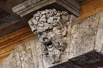 Il dio del vino Bacco sorveglia con espressione estatica un portone nel centro storico di Orvieto