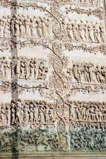 Sulla facciata del Duomo di Orvieto grandi fregi riproducono scene tratte dalla Bibbia, incorniciate da tralci di vite