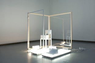 Vue de l'exposition Chambres de capture à La Verrière - Fondation Hermès 2015. Courtesy de l'artiste, Marcelle Alix (Paris). Photo : Isabelle Arthuis