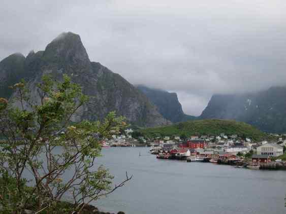 Un fjord avec au fond une vallée en U, creusée par un ancien glacier.