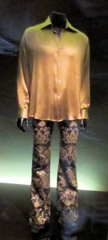 Ensemble Gucci, pantalon agneau, brodé de fil d'or et chemise en soie mordorée pour Johnny Hallyday
