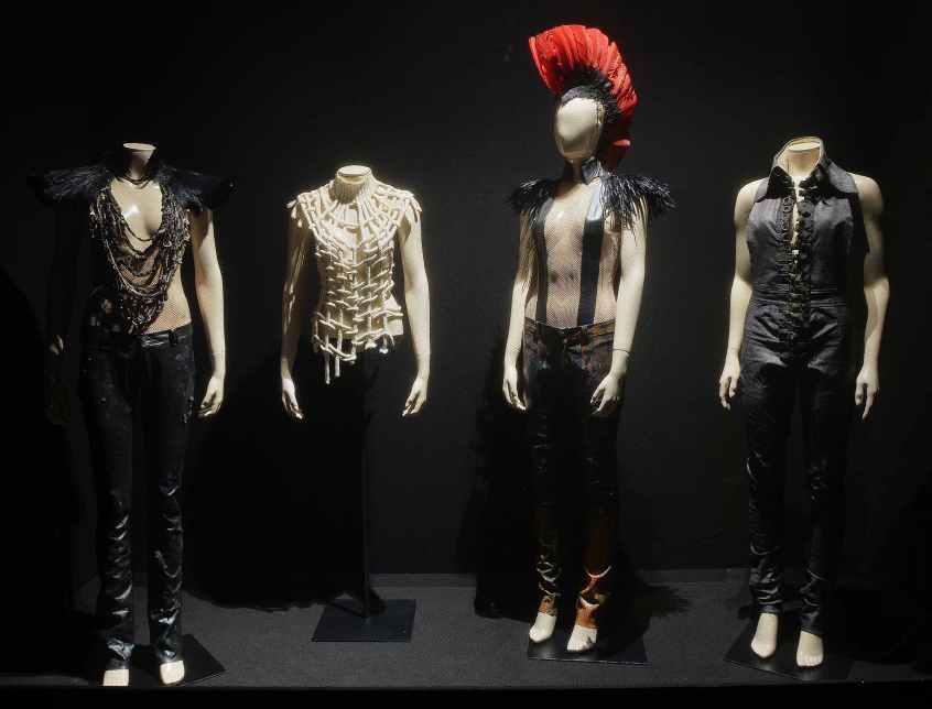 Les trompes l'œil des costumes de Mademoiselle K sont délicieusement esthétiques et provocateurs.