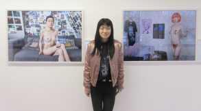 L'artiste Wenjue ZHANG pose au centre de ses photographies