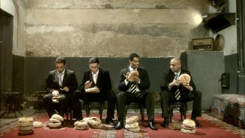 La vidéo « Bread of Llive » où le pain est utilisé comme percussion © Adel Abidin Studio