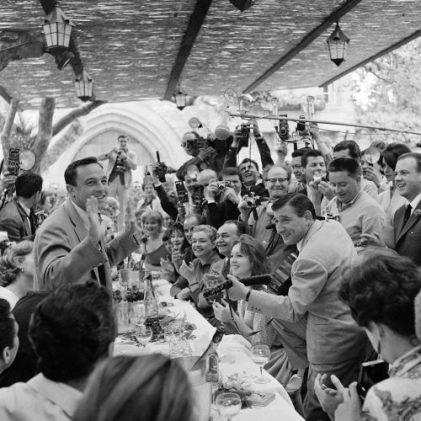 1959 – Garden party au château de la Napoule, un festival plus familial, plus amicale. © Ina – Daniel Fallot