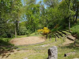 Le théâtre de verdure où furent jouées plusieurs pièces.