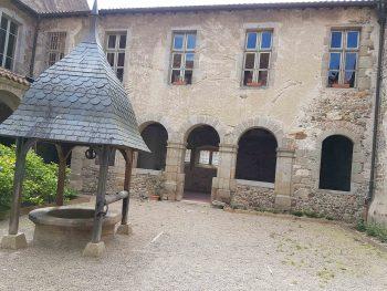 Le cloître est formé d'arceaux à plein cintre supportés par des piliers carrés